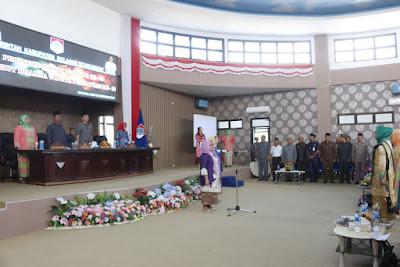 Ketua TP PKK Boltim, nampak jadi inspektur upacara peringati hari ibu.