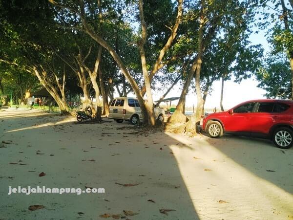 parkir kendaraan embe beach