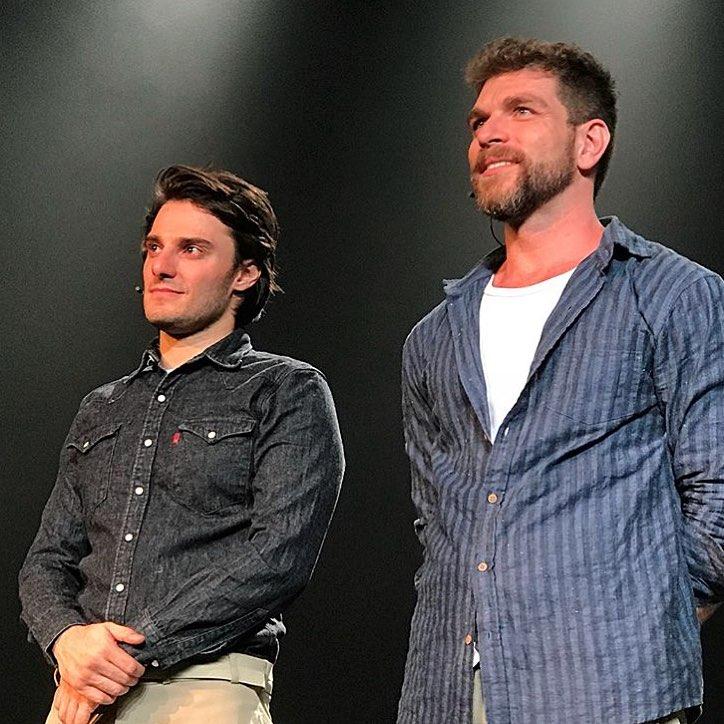 Hugo Bonemer faz par romântico com o namorado no palco e se declara: 'Meu amor'