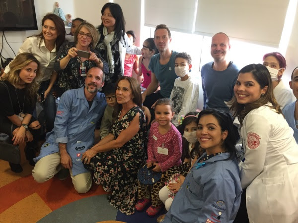 Coldplay canta para pacientes na brinquedoteca do Incor