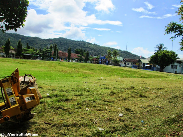 Mesin pembabat rumput di Alun-alun Karimunjawa