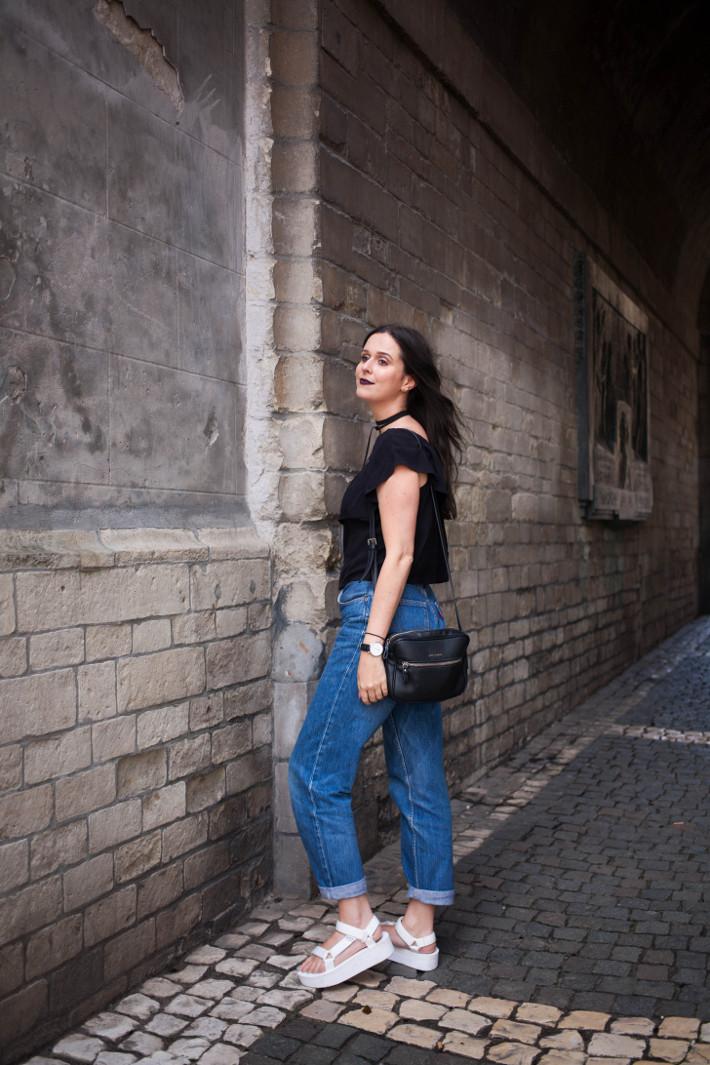 Outfit: platform sandals, mom jeans