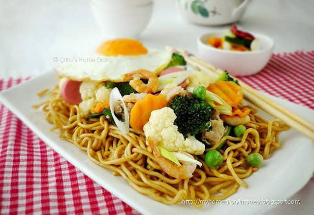 Mie siram capcay / Indonsian style noodle topped with vegetables. #indonesiacuisine #capcay #ifumie #asianfood #indonesian #seafood #chicken #stirfry
