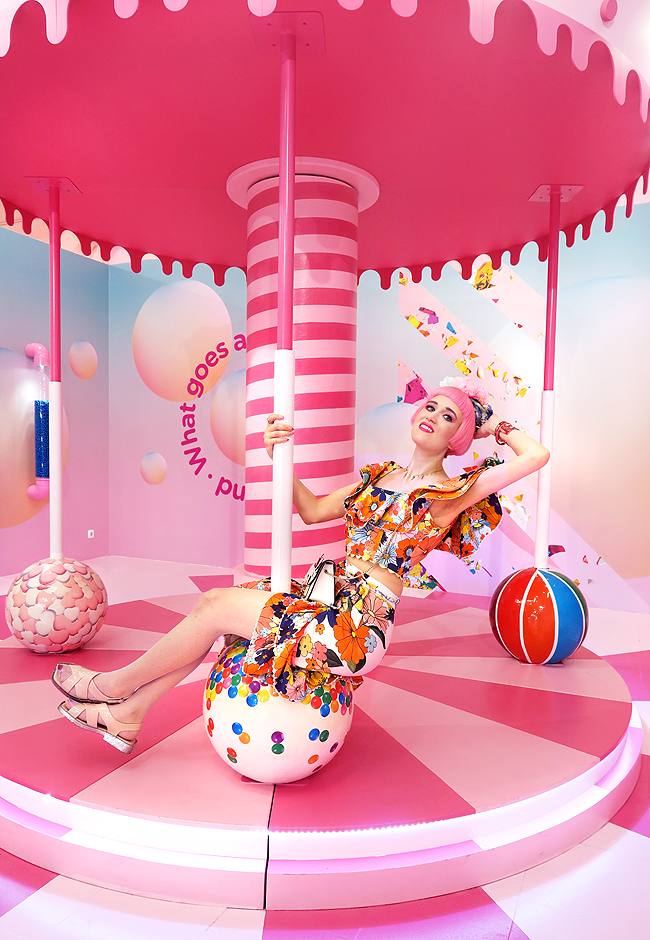 swiss fashion blogger quirky pink hair unicorn rainbow colourful style travel Lisbon the sweet art museum pink bathtub sprinkle pool ice cream dreamland happiness celiab hello kitty furla flower crown adventure Alice in wonderland fun day trip portugal