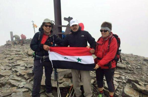 فراس أبو سعدى صيدلاني سوري يرفع العلم الوطني على قمة بويكمال شمال إسبانيا