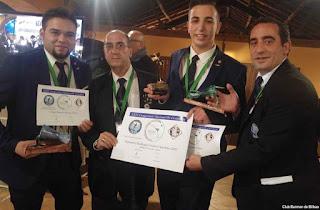 Escudero, segundo por la derecha, muestra el diploma de subcampeón