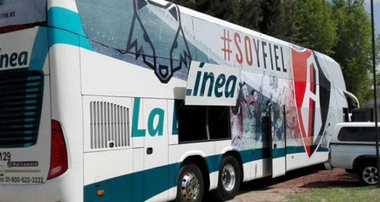 Sujetos armados balean camión con aficionados del Club Atlas en Jalisco.