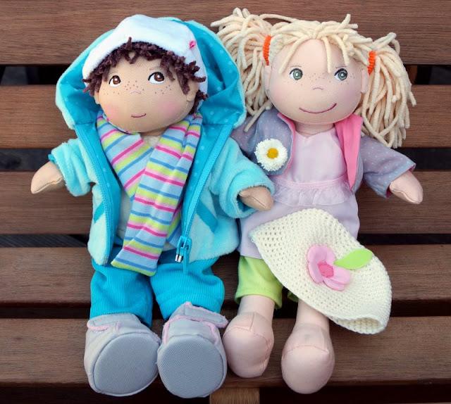 Puppen sind unglaublich wichtig für Kinder, als Freunde und Begleiter der Kindheit. Ich stelle Euch die wunderschön gestalteten und kuschelweichen Puppen Milla und Matze von HABA vor, die gerade bei uns eingezogen sind. Hier: Weitere Kleidersets mit Sommer und Wintersachen.