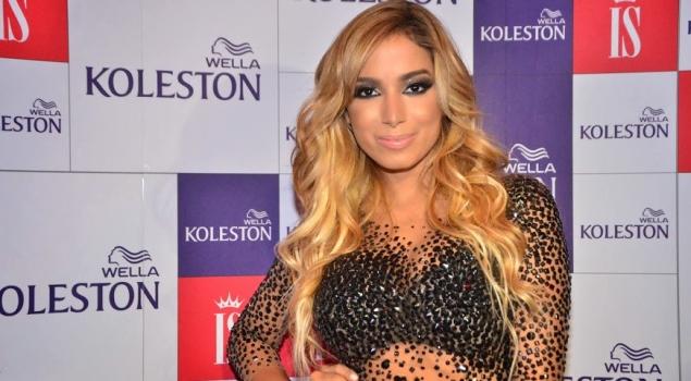 b995ab6958 ... e hoje cantora de pop Larissa de Macedo Machado (ou Anitta) na época  loira