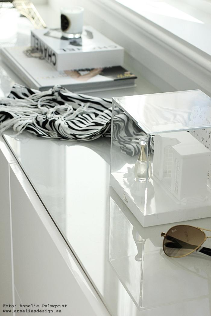 walk in closet, wic, detaljer, skänk, skänken, ikea, bestå, vitt, vit, vita, ray ban, zebra, svart och vitt, inredning, inredningsblogg, blogg,