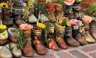 Maceteros con zapatos viejos