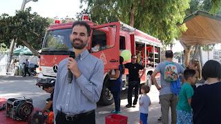 Ο Βαγγέλης μπροστά στο όχημα της πυροσβεστικής