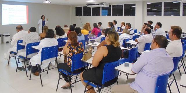 Hematologista Geraulina Mendonça Castro ministrou o tema 'Segurança Transfusional' durante Ciclo de Palestras no HCM
