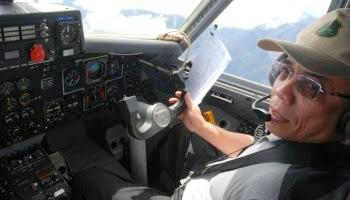 Irwandi Yusuf menerbangkan pesawat sendiri ke sejumlah daerah di Aceh
