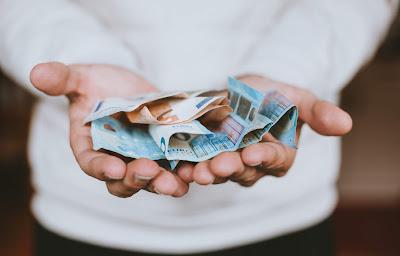 Billetes en las manos