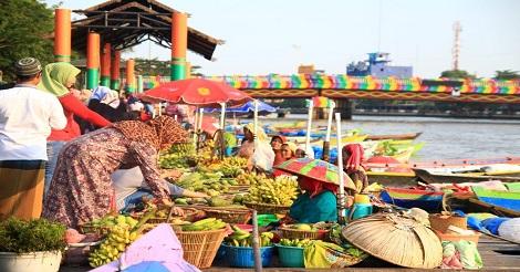 Pasar Terapung salah satu wisata unik yang murah meriah