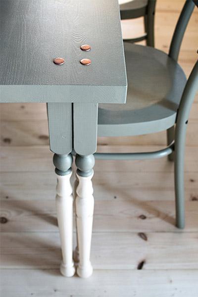 table de repas diy bicolore trois pieds clous tapissier