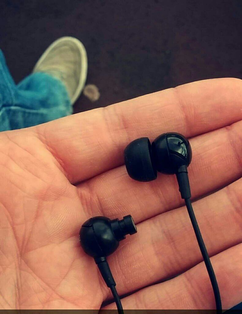 15 Hilarious Pictures Reveal How Life Can Get Unfair Sometimes - Life has not spare even your earphones