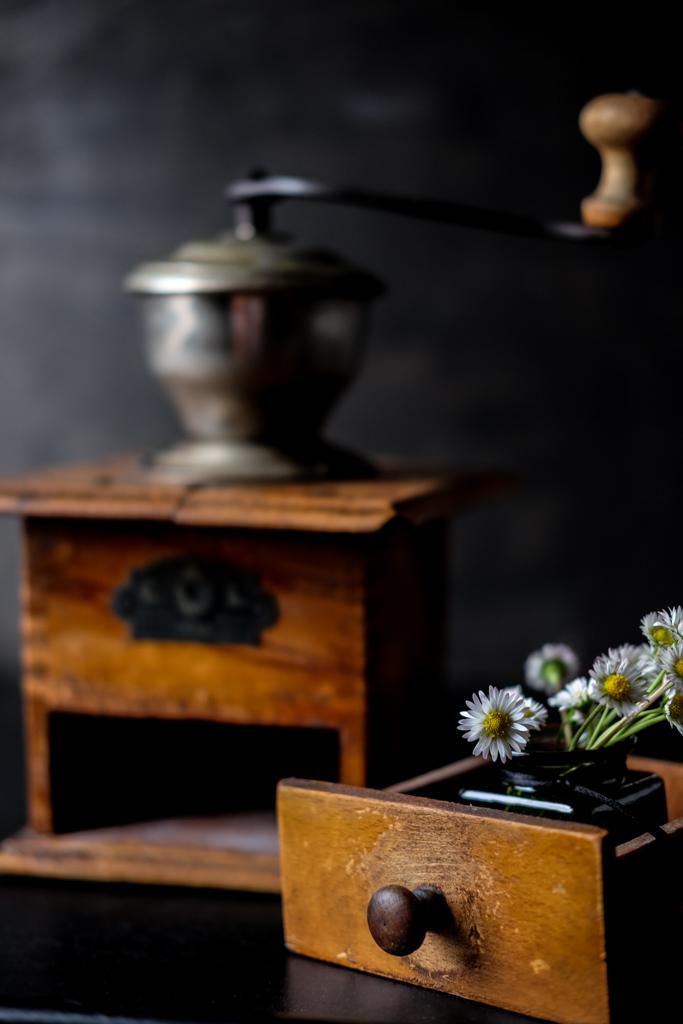 Ein Sträußchen Gäsenblumen, dekoriert mit alter Kaffemühle und Milchkanne by fim.works