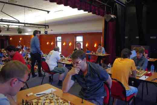 L'estrade de la salle de jeu du tournoi d'échecs de Plancoët avec les premières tables - Photo © Christian Bleuzen