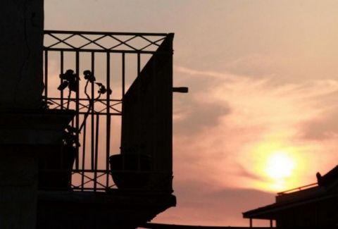 Σοκ στα Τρίκαλα: Του έπεσε το μπαλκόνι στο κεφάλι και πέθανε!