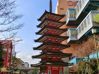 海老名駅前の七重塔
