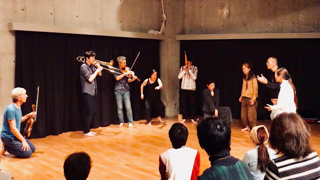 2018年11月11日  Harald Kimmig(Vln,ダンス)/矢萩竜太郎(即興ダンス)/藤波啓介(Tb,即興パフォーマンス)/喜多直毅(Vln) レクチャーとワークショップも開催された。 いずるば(東京・田園調布)
