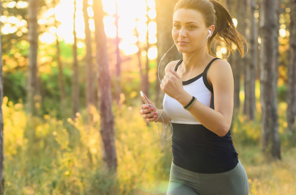 Mujer corriendo en la naturaleza
