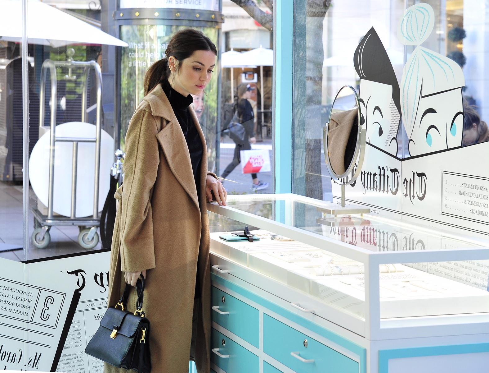 Ana de Armas, estrela do filme Blade Runner 2049, visitou a primeira loja  pop up da Tiffany Co. em West Coast, Los Angeles, no The Grove. ee79309a83