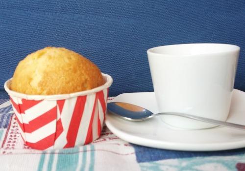 Una magdalena junto a un café