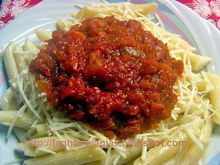 Πένες με σάλτσα ντομάτας και πιπεριές - από «Τα φαγητά της γιαγιάς»