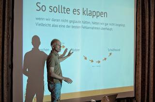 Michel Lindenberg bei einer Präsentation.