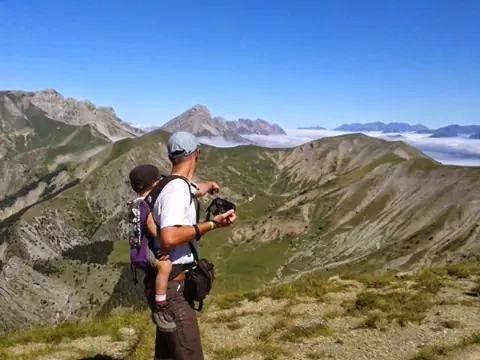 portage buzzidil montagne pratique poussette randonnée chemin liberté bambin été vacances