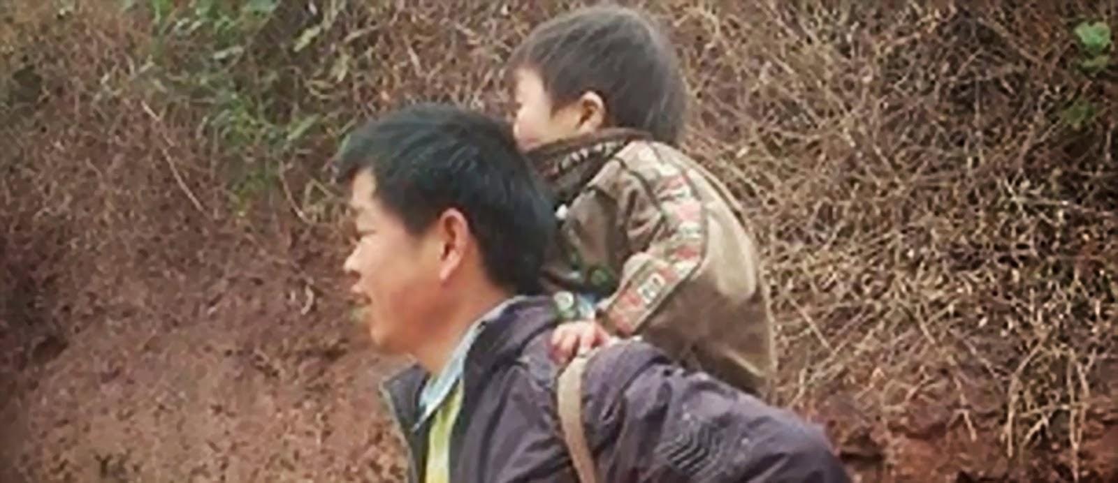 6+Kisah+Mengharukan+Tekad+Sang+Ayah+untuk+Menyekolahkan+Anak+Difabelnya 28 Km Menggendong Anak Difabel ke Sekolah