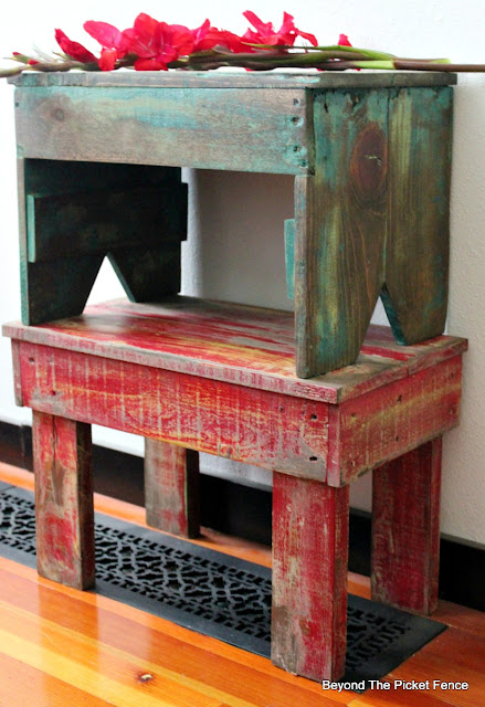 Pallet wood, stools, farmhouse, vintage, DIY, http://bec4-beyondthepicketfence.blogspot.com/2016/05/1-pallet2-stools.html