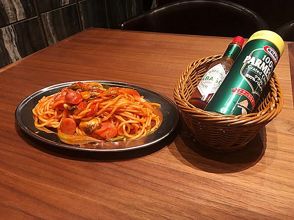 東急プラザ(渋谷フラスク)にある洋食レストラン『純洋食とスイーツ パーラー大箸』のナポリタンと粉チーズ、タバスコ