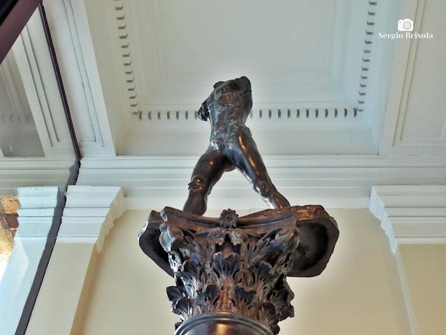 Close-up da Escultura Homem que anda sobre coluna - Pinacoteca - Luz - São Paulo