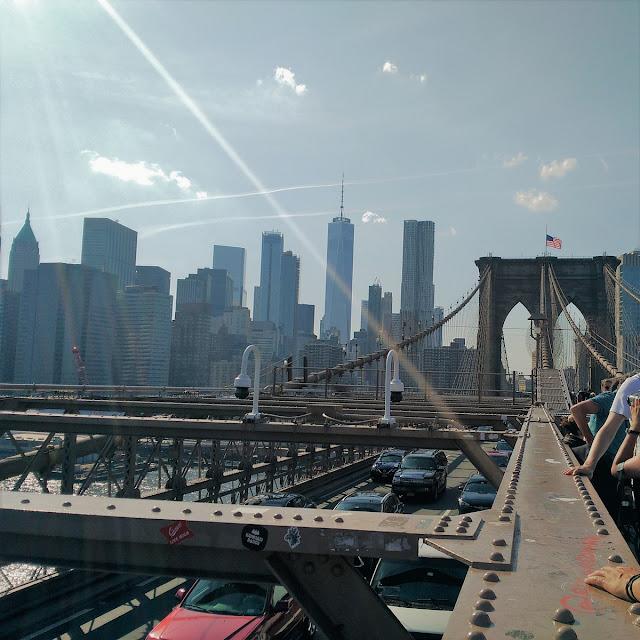 Uma-miúda-em-Nova-Iorque-armazém-de-ideias-ilimitada-over-the-brooklyn-bridge-view-manhattan