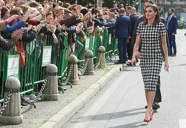Queen Letizia wore Hugo Boss Clady houndstooth top and Riami houndstooth pencil skirt. Boss Catifa wool cashmere shawl collar coat