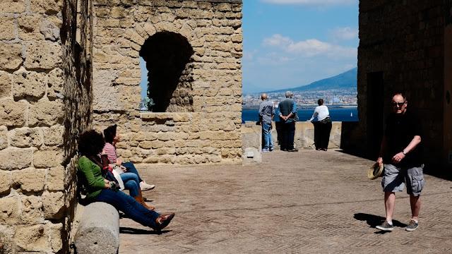 Turisti a Castel dell'Ovo
