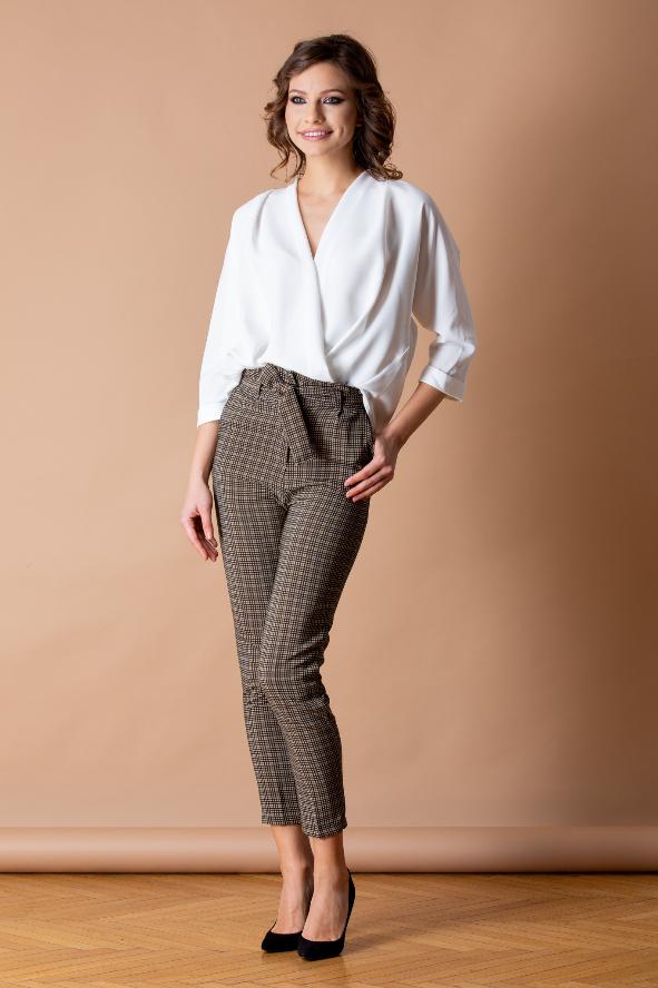 Pantaloni bej cu croi lejer eleganti mdoerni in carouri
