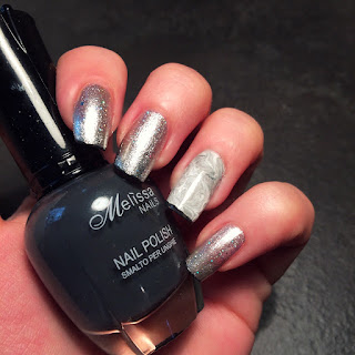 nail art metallizzata con french nera e il dito anulare decorato con il dotter perfetto per il segno Leone nel 2016