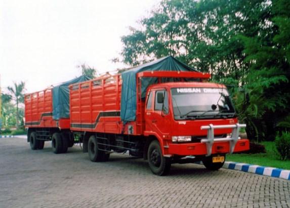truk tronton gandeng merah