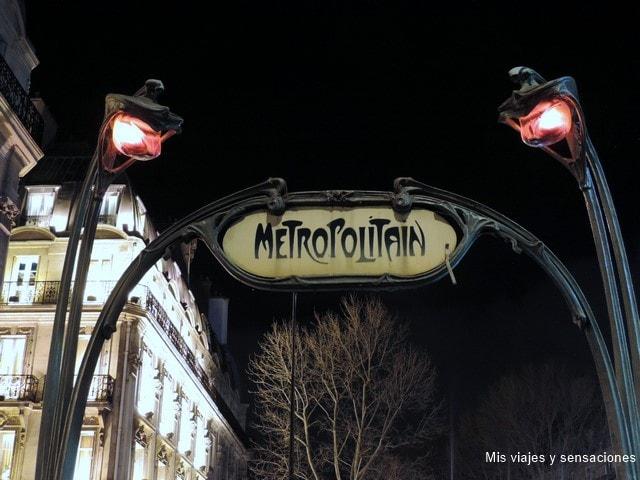 París de noche, estación de metro Saint-Michel