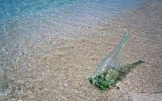 Aangespoelde fles op het strand