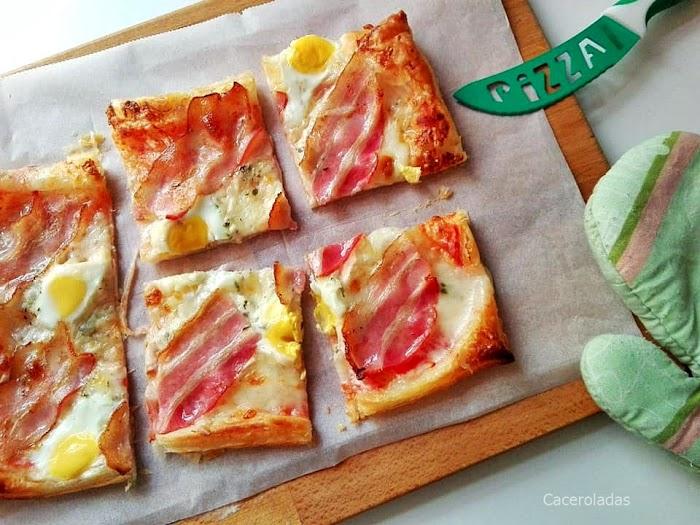 Pizza de hojaldre con huevos de codorniz y bacon