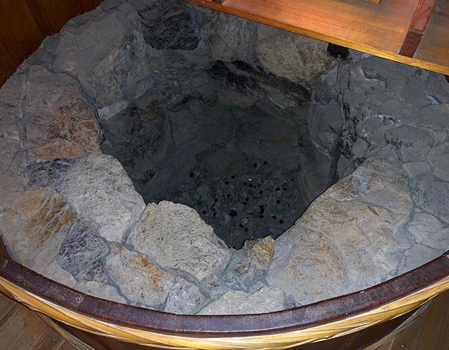 復興天守閣再建に伴う調査で発掘された地下井戸からは古銭が八枚出土していて、今は底が浅く埋められてても賽銭で満たされる人為は興味深い(2018年11月21日撮影)
