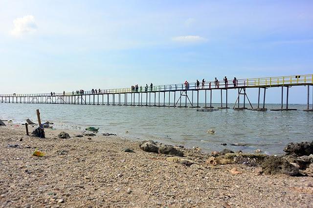 Jembatan panjang di Pantai Kutang