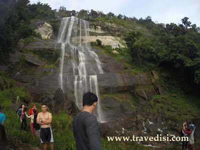 Air terjun terkenal di indonesia memang bertaburan hingga ke pelosok negeri,terkecuali riam terinting ini yg mungkin bersemayam indah dalam hutan hujan kalbar.