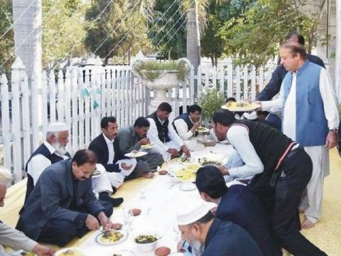 Ex Prime Minister of Pakistan Mian Muhammad Nawaz Sharif distributing Langar in Mehfil e Milad Mustafa at Jati Umra Raiwind - نواز شریف محفل میلاد مصطفیٰ ﷺ میں لنگر تقسیم کرتے ہوئے